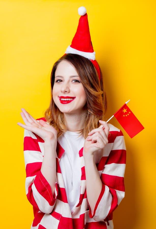 Женщина в шляпе Санта Клауса с флагом Китая стоковое фото rf