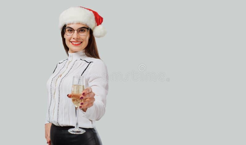 Женщина в шляпе Санта предлагая тост стоковая фотография rf