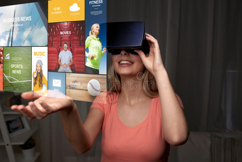 Женщина в шлемофоне виртуальной реальности или стеклах 3d стоковое фото
