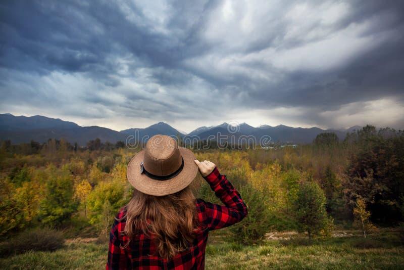 Женщина в шляпе на ландшафте гор осени стоковые изображения rf