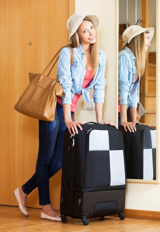 Женщина в шляпе при чемодан идя на праздники стоковое фото rf