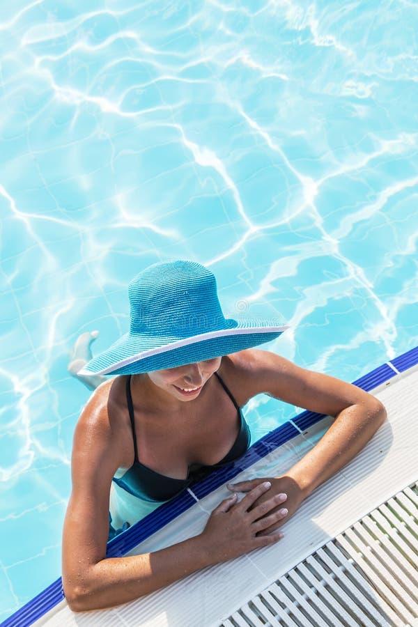Женщина в шляпе солнца в бассейне Взгляд сверху стоковые фото