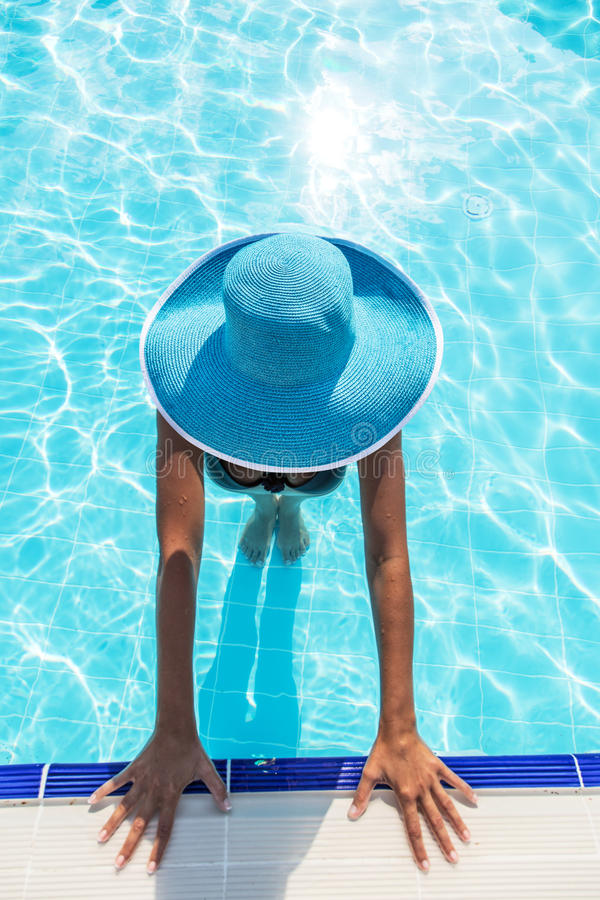 Женщина в шляпе солнца в бассейне Взгляд сверху стоковые изображения rf