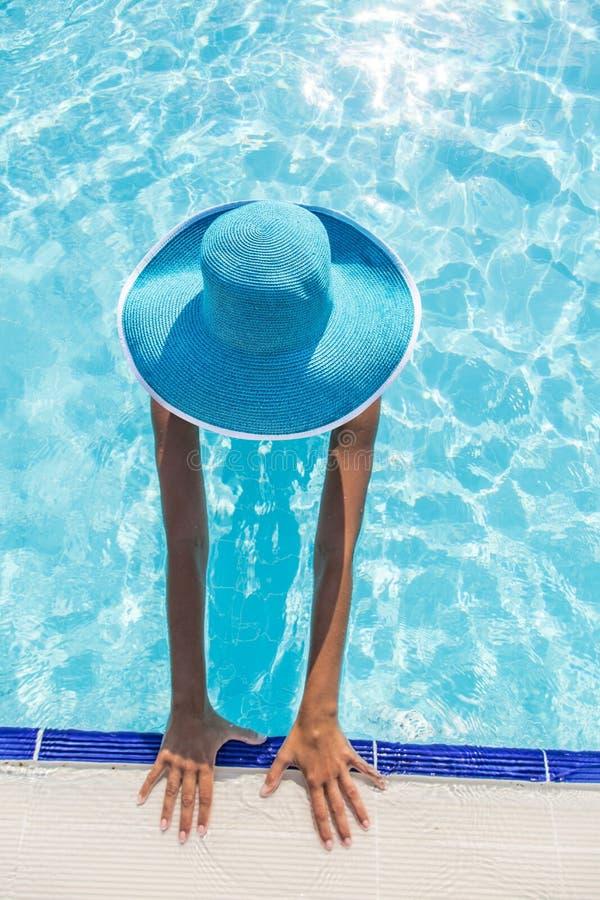 Женщина в шляпе солнца в бассейне Взгляд сверху стоковая фотография rf
