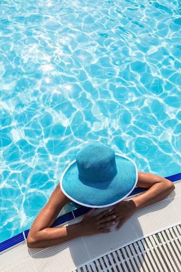 Женщина в шляпе солнца в бассейне Взгляд сверху стоковая фотография