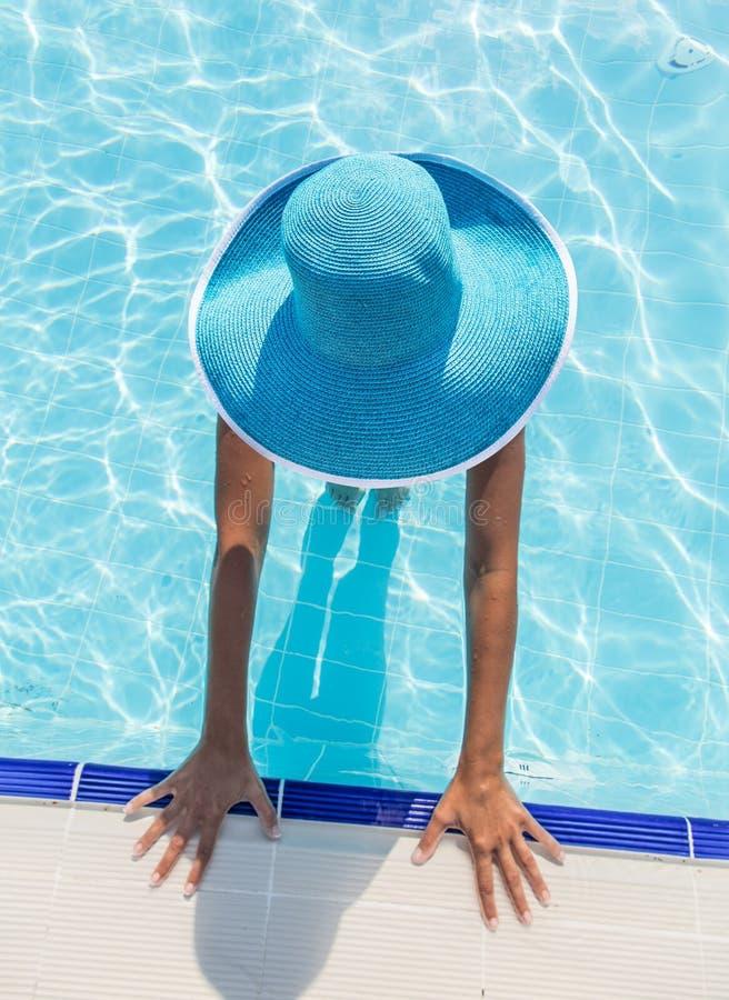 Женщина в шляпе солнца в бассейне Взгляд сверху стоковое фото rf
