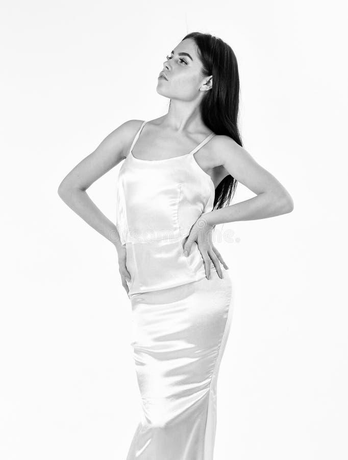 Женщина в элегантном белом платье, белой предпосылке Фотомодель с тонкой диаграммой в результат dieting и фитнеса Дама дальше стоковые фотографии rf