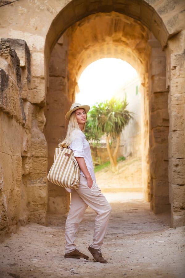 Женщина в apmphitheatre Туниса El Jem римском стоковые фото
