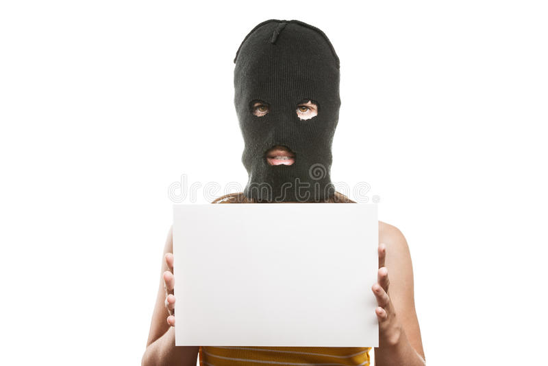 Женщина в balaclava держа пустую карточку стоковое фото