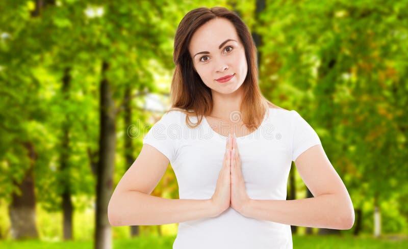Женщина в namaste представляет делать йогу в парке, жест namaste, концепцию helth стоковые фотографии rf