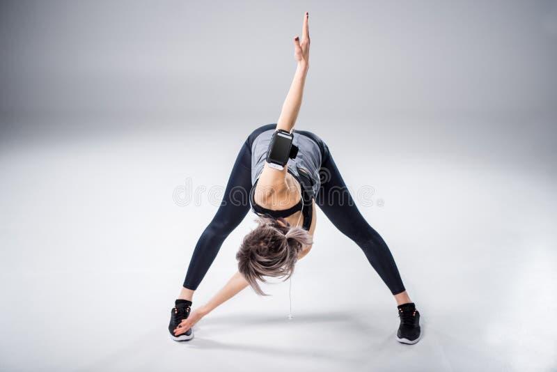 Женщина в sportive протягивать одежд стоковые изображения
