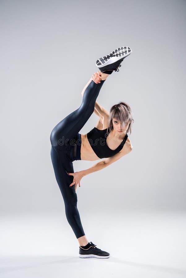 Женщина в sportive протягивать одежд стоковое фото rf