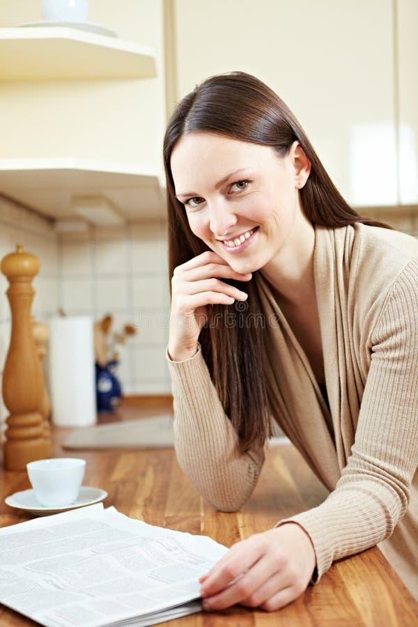 женщина газеты кофе стоковое фото