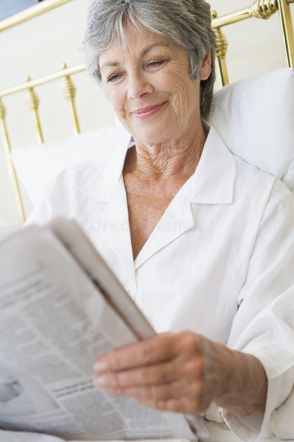 женщина газеты спальни ся стоковые фото