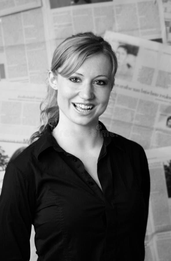 женщина газеты стоковые фото