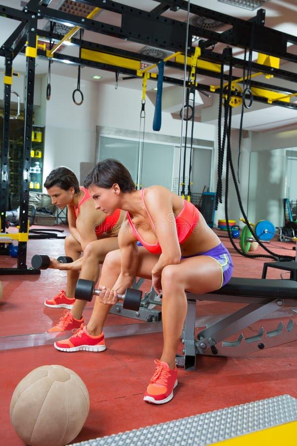 Женщина гантели поднятия тяжестей пригодности Crossfit на зеркале стоковые фото