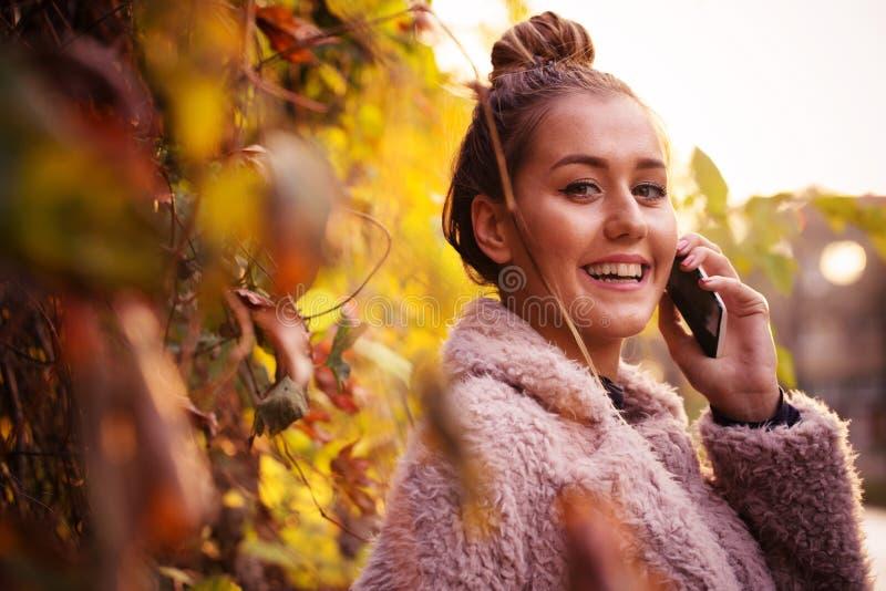 Женщина говорит телефоном на улице стоковые фотографии rf