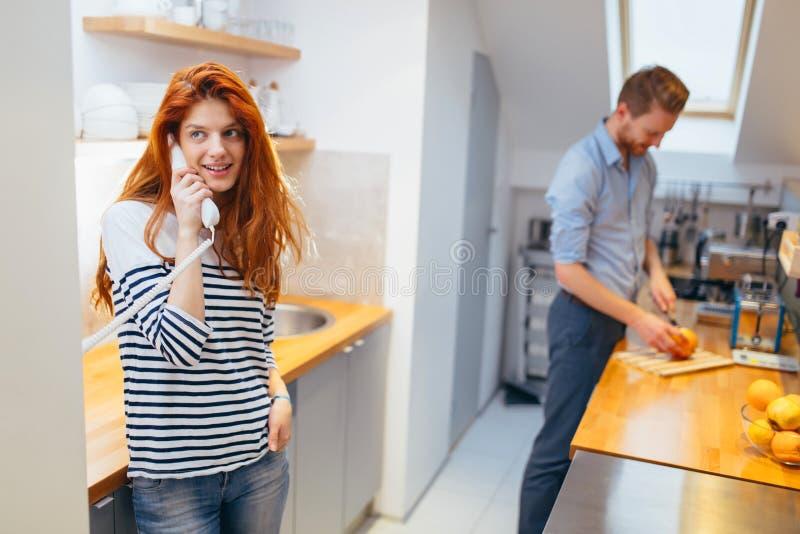 Женщина говоря к приезжая гостям на внутренной связи стоковая фотография rf