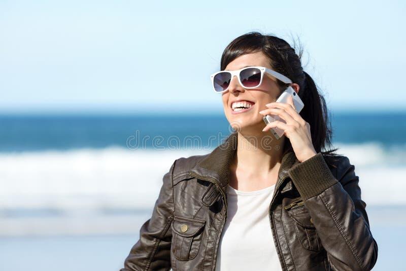 Женщина говоря на сотовом телефоне стоковое фото