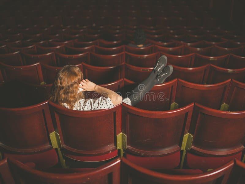 Женщина говоря на телефоне в аудитории стоковое изображение rf