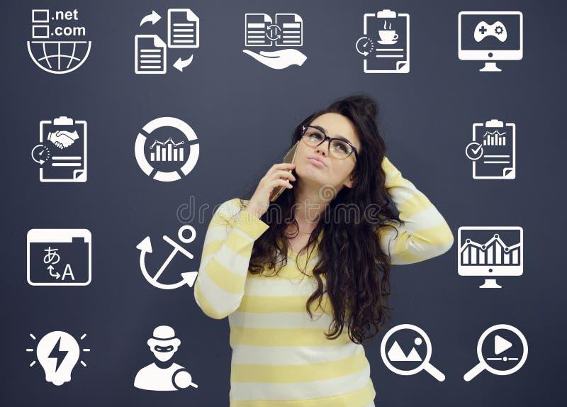 Download Женщина говоря на телефоне перед предпосылкой с вычерченными диаграммами дела Стоковое Фото - изображение насчитывающей bujumbura, конструкция: 81801774