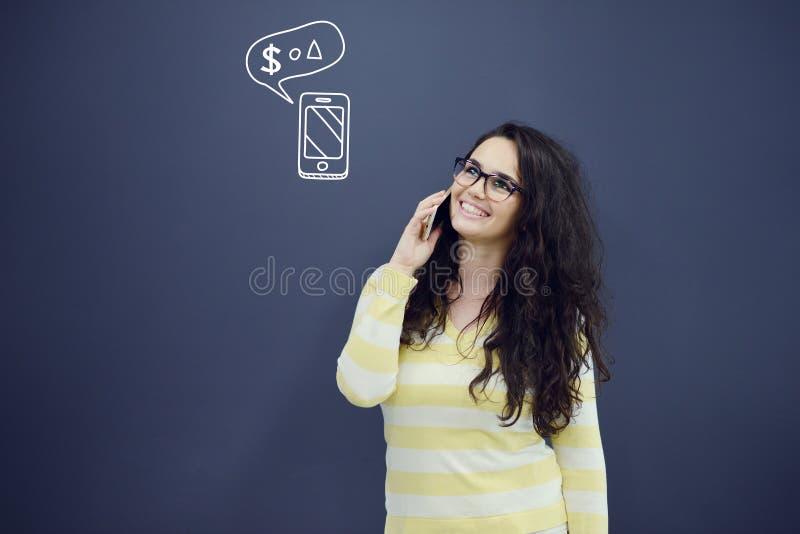 Download Женщина говоря на телефоне перед предпосылкой с вычерченными диаграммами дела Стоковое Фото - изображение насчитывающей интернет, компьютер: 81802330