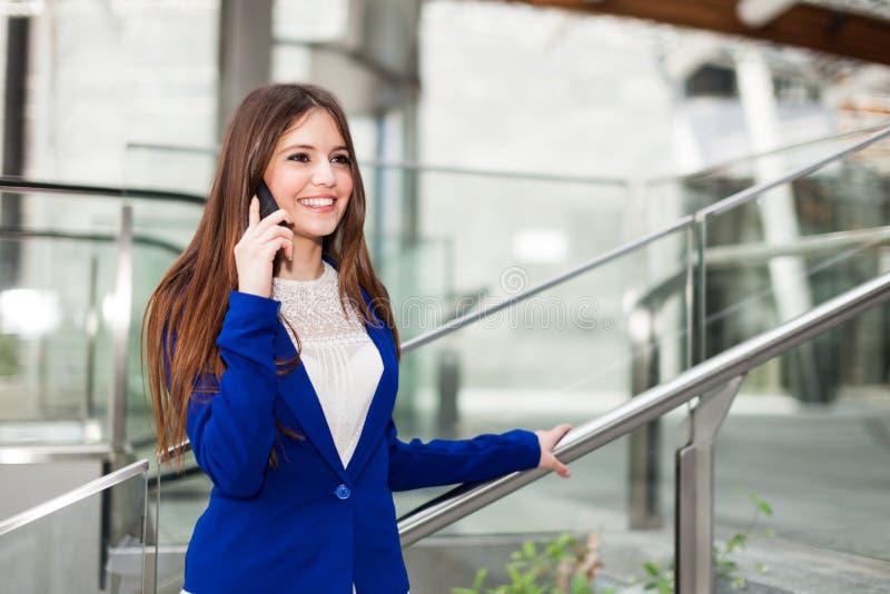 Download Женщина говоря на телефоне стоковое фото. изображение насчитывающей положительно - 37929780