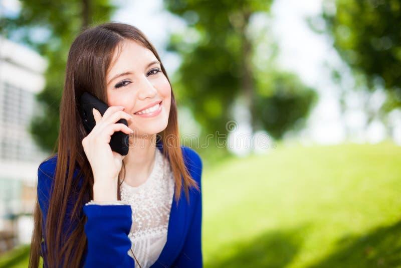 Download Женщина говоря на телефоне стоковое изображение. изображение насчитывающей дело - 37930269