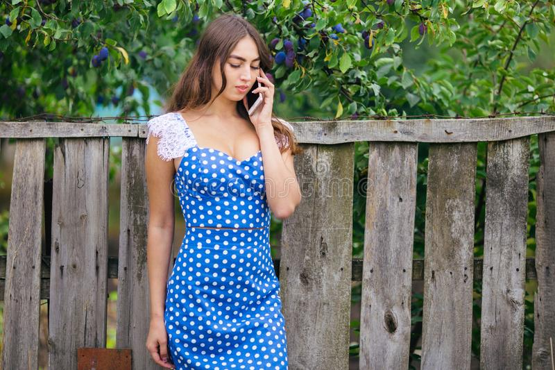 Женщина говоря на умном телефоне outdoors Подрезанное изображение молодого pr стоковая фотография rf