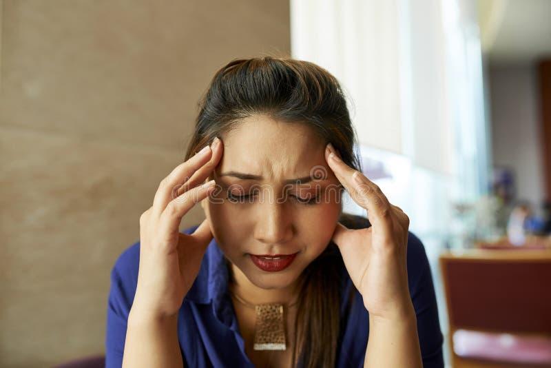 женщина головной боли терпя стоковые изображения