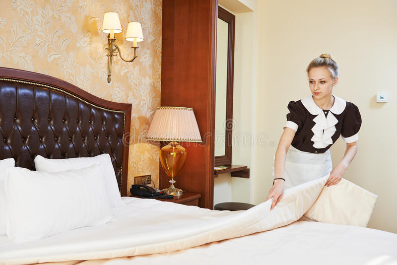 Женщина горничной на обслуживании гостиницы стоковая фотография