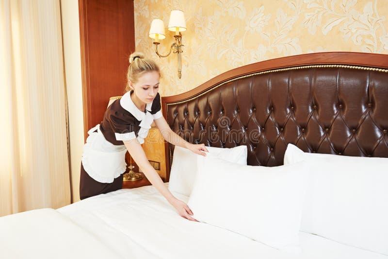 Женщина горничной на обслуживании гостиницы стоковые изображения