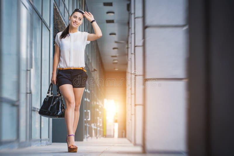женщина города гуляя стоковое фото rf