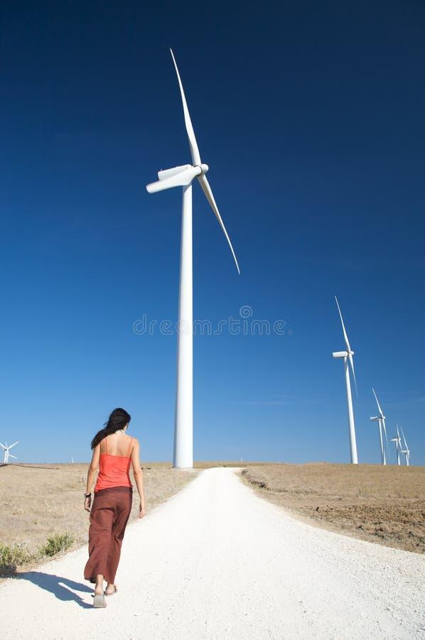 Женщина гуляя между станами энергии стоковые фотографии rf