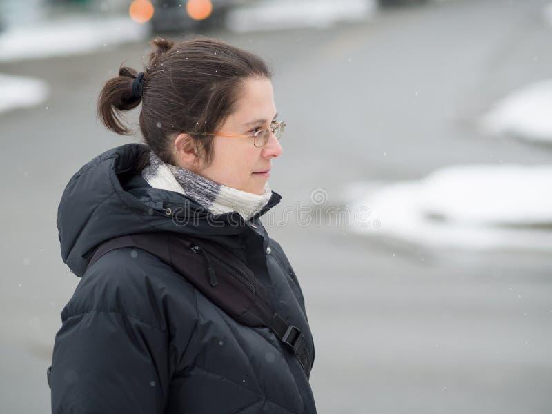 Женщина гуляя в зиму стоковое изображение