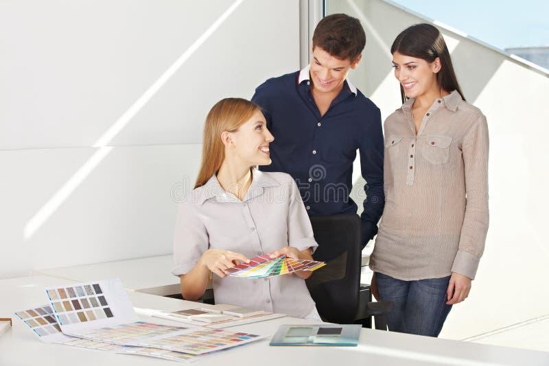 Женщина давая консультацию цвета стоковое фото rf
