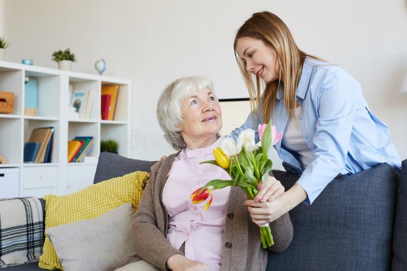 Женщина давая цветки для того чтобы быть матерью стоковое фото rf