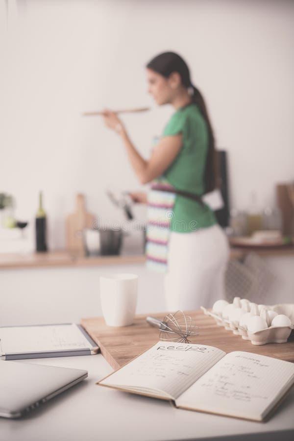 Женщина делает торты в кухне стоковые фотографии rf