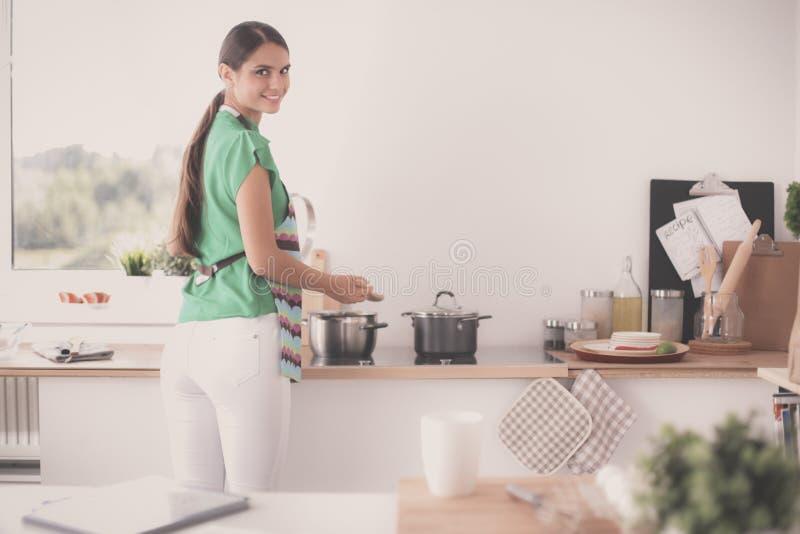 Женщина делает торты в кухне стоковое изображение rf