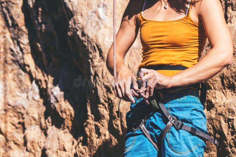 Женщина делает узел стоковые изображения
