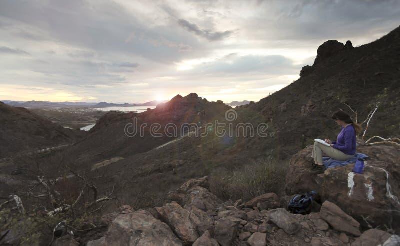 Женщина делает эскиз к восходу солнца на горе Tetakawi над Лос Algo стоковые фото