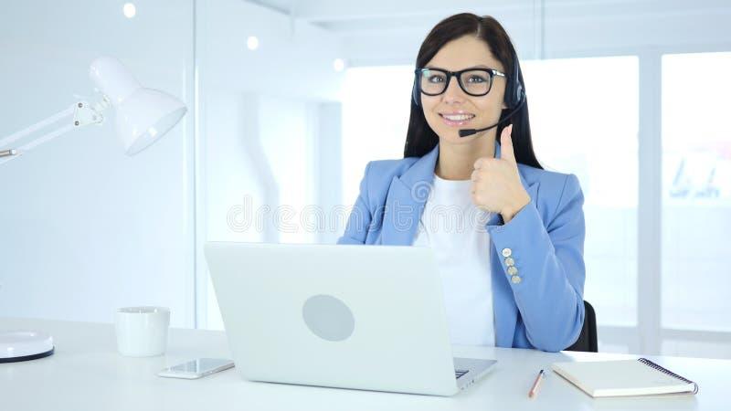 Женщина делая большие пальцы руки вверх показывать для клиентов стоковое изображение rf