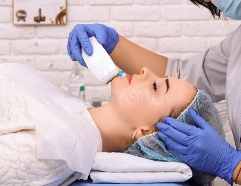 Женщина делая косметические процедуры в клинике курорта стоковое изображение