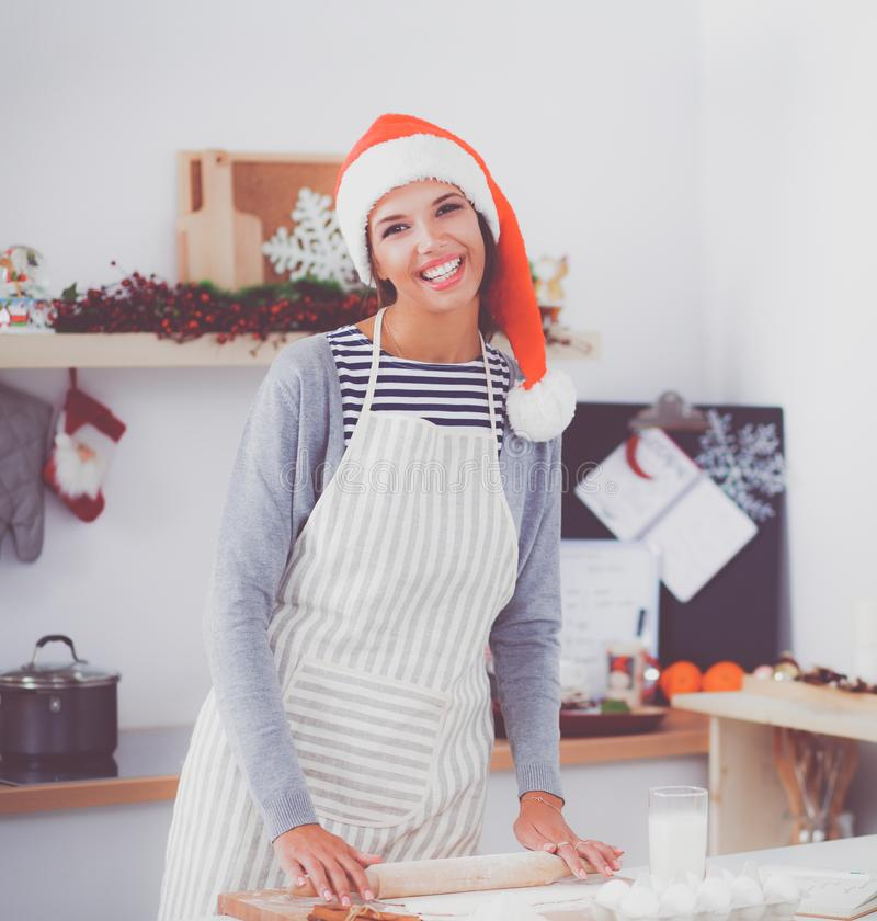 Женщина делая печенья рождества в кухне стоковые фотографии rf