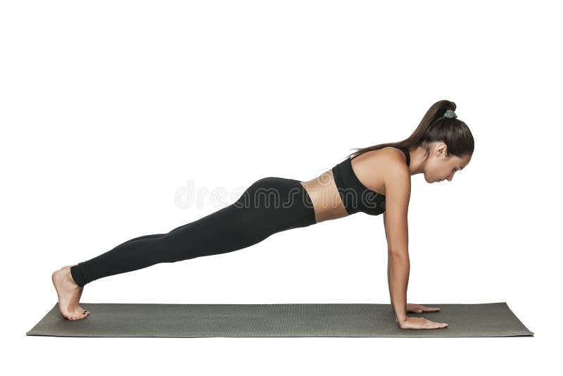 Женщина делая планку Изолировано на белизне стоковое фото rf