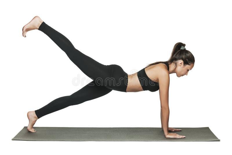 Женщина делая планку Изолировано на белизне стоковая фотография