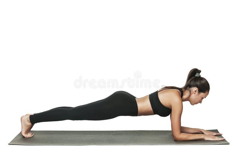 Женщина делая планку Изолировано на белизне стоковые изображения rf