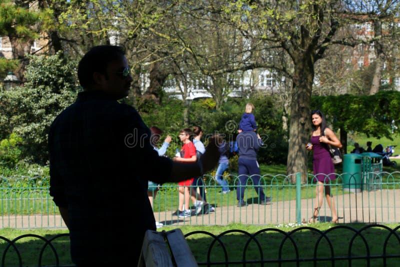 Женщина делая покупки в улице Брайтона Великобритания стоковые изображения rf