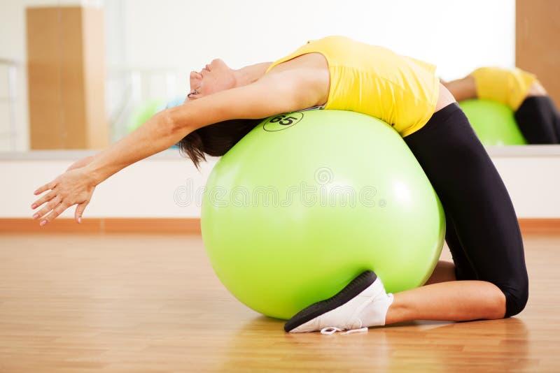 Женщина делая пригодность в спортзале стоковое фото rf