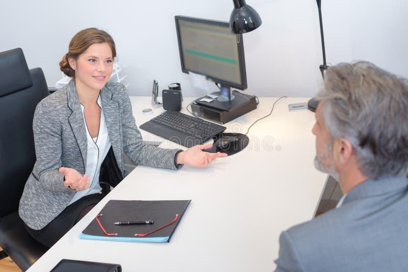 Женщина делая спрашивая жест рукой для того чтобы укомплектовать личным составом стоковые изображения